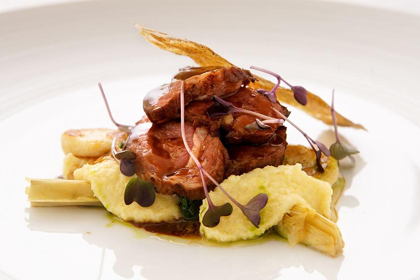Био пилешки гърди с пюре от фъстъци, цикория, грах, аспержи, гъба смръчкула и сос от Мадейра