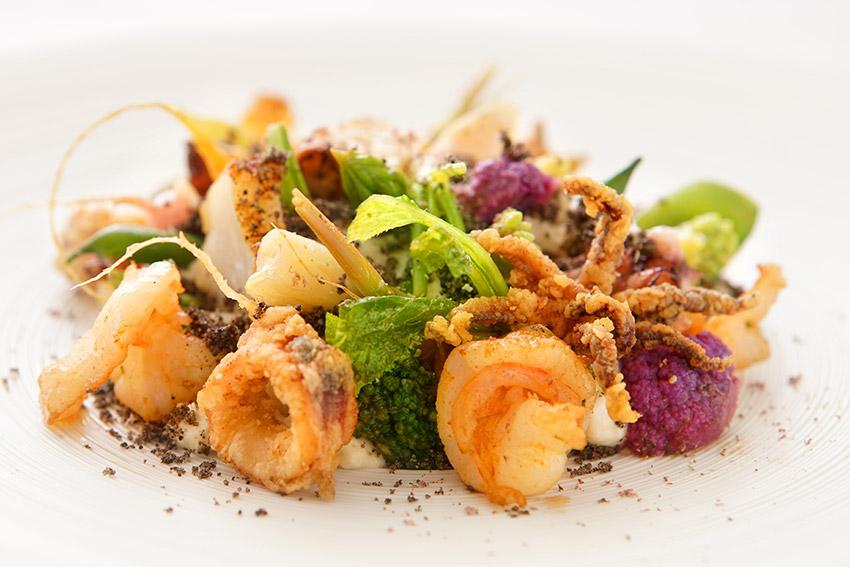 Октопод, тигрова скарида, калмар, карфиол крем ,сезонни зеленчуци, какао и бял шоколад