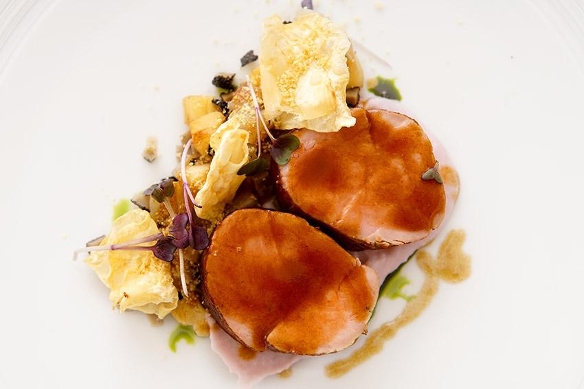 Телешко млечно филе с пюре от лилав картоф с трюфел, пащърнак, ряпа и сос от червено вино